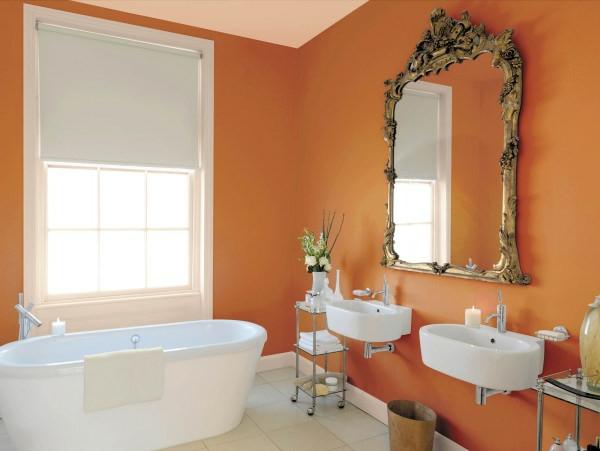 Badezimmer-mit-orange-wänden-weißes-fenster