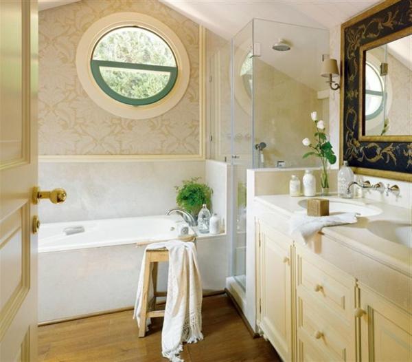 schönes badezimmer mit einem runden fenster