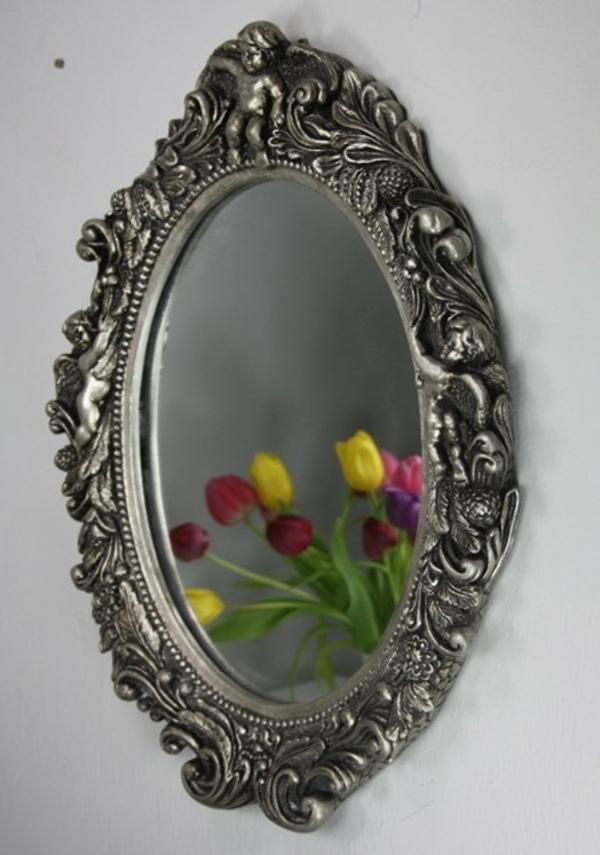 barock-spiegel-mit-silberrahmen-an-der-wand- ovale form