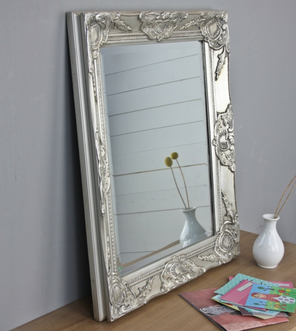 barock-spiegel-mit-silberrahmen-groß-und-schön- eine vase davor