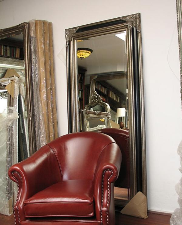 barock-spiegel-mit-silberrahmen-hinter-einem-sessel- super groß
