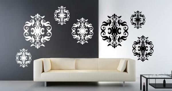 barock-tapete-in-schwarz-und-weiß-weißes-sofa