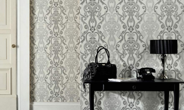 barock-tapete-kreativer-look - schwarze lampe und tisch