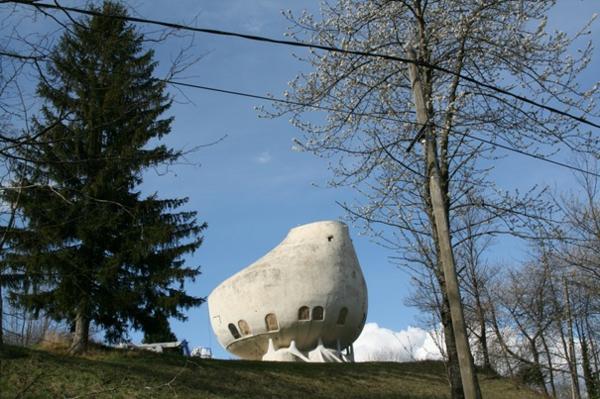 bauart-architekten-schaffen-meisterwerke-haus-in-den-alpen - bäume