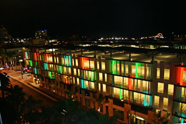 bauart-architekten-schaffen-meisterwerke-in-santa-monica - bunte lichter