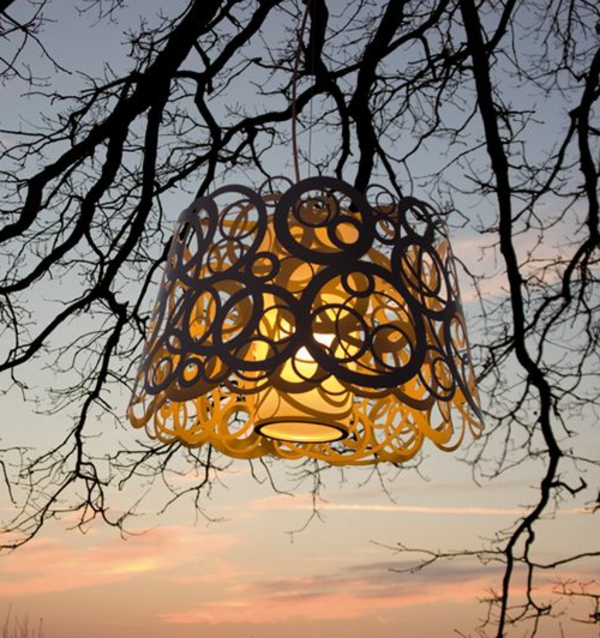 originelle-baumbeleuchtung-außen-kreative-gartenlampe