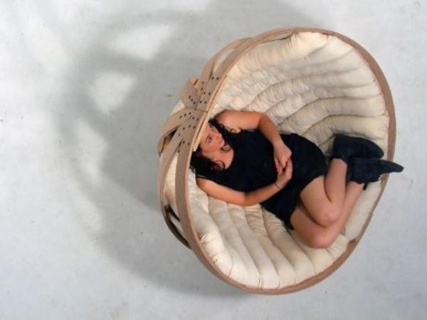 beispiele-für-korbstühle-eine-frau-im-sessel - foto von oben genommen