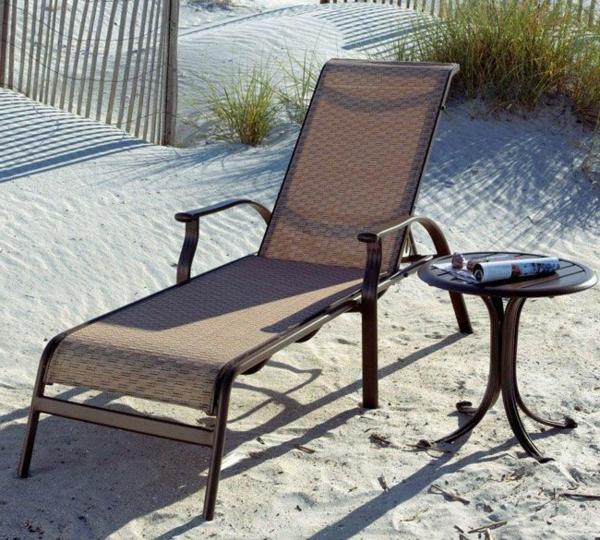 bequeme-Loungemöbel-aus-Rattan-am-Strand