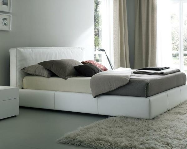 bett-in-weiß-im-modernen-schlafzimmer- weicher teppich