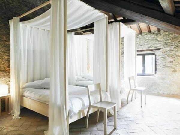 bett-in-weiß-mit-gardinen- hohe decke