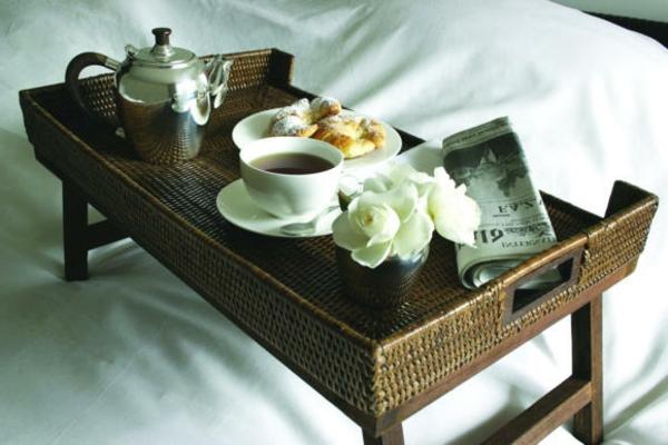 bett-tablett-Frühstücken-im-Bett-zeitung-und-frühstück
