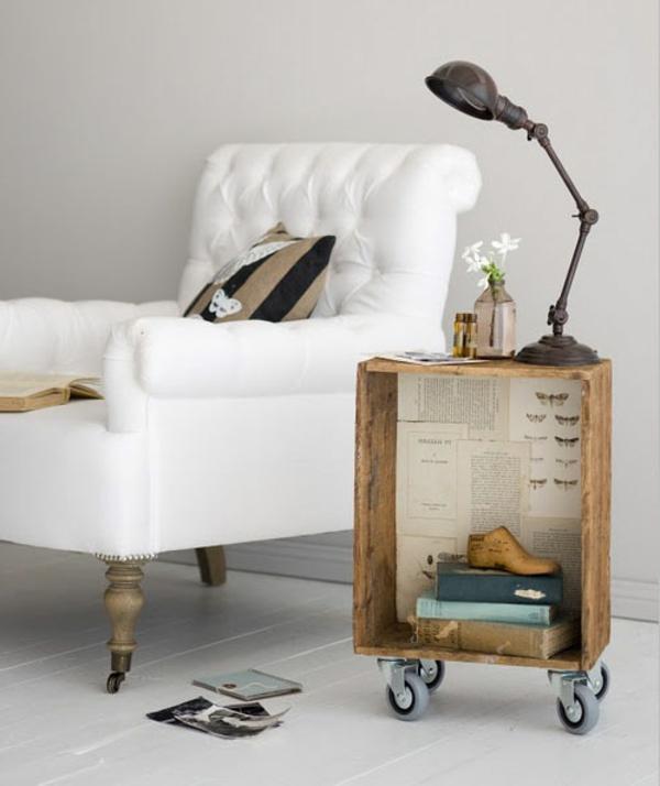 bett-tisch-neben-einem-weißen-sessel - sehr elegant