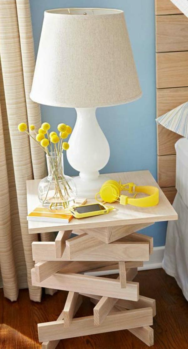 bett-tisch-ungewönliches-modell - weiße lampe und gelbe blumen darauf