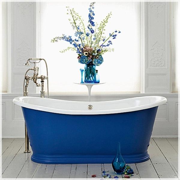 blaue-Badewanne-modernes-Design-für-Bäder-Retro