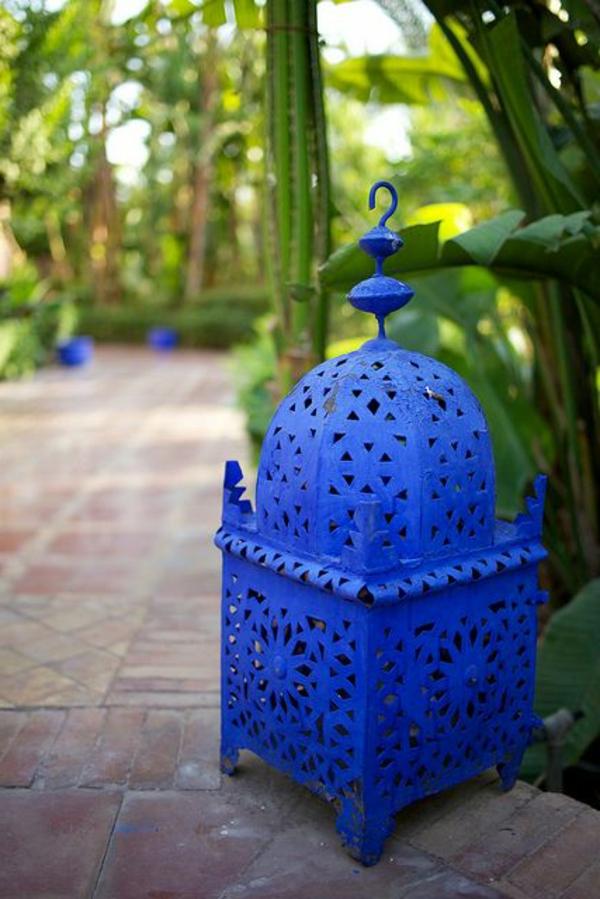 tolle-blaue-Laterne-für-Garten-Gartengestaltung