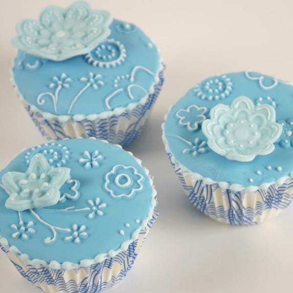 schöne-blaue-hohczeitscupkaes-mit-blumen-dekorieren