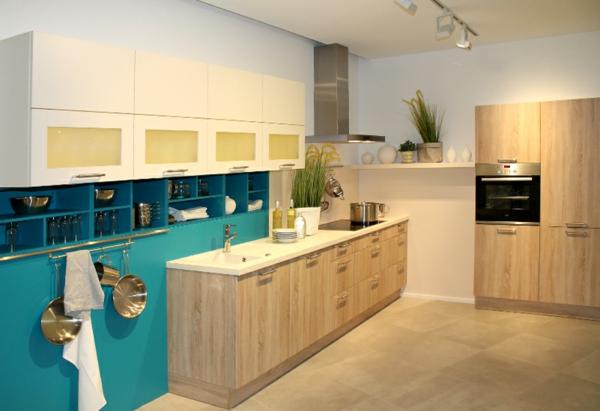 blaue-wandpaneele-für-küche-mit hölzernen möbelstücken