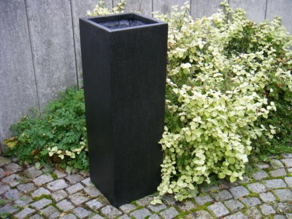 blumenkübel-in-schwarz-draußen-leer
