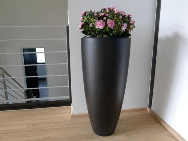 blumenkübel-in-schwarz-elegante-form - in der ecke