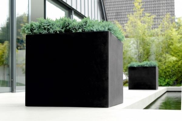 blumenkübel-in-schwarz-groß-und-schön- elegante gestaltung
