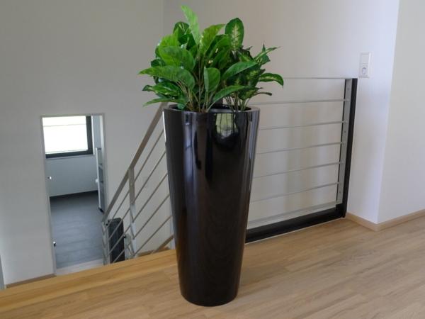 blumenkübel-in-schwarz-moderne-wohnung-neben den treppen
