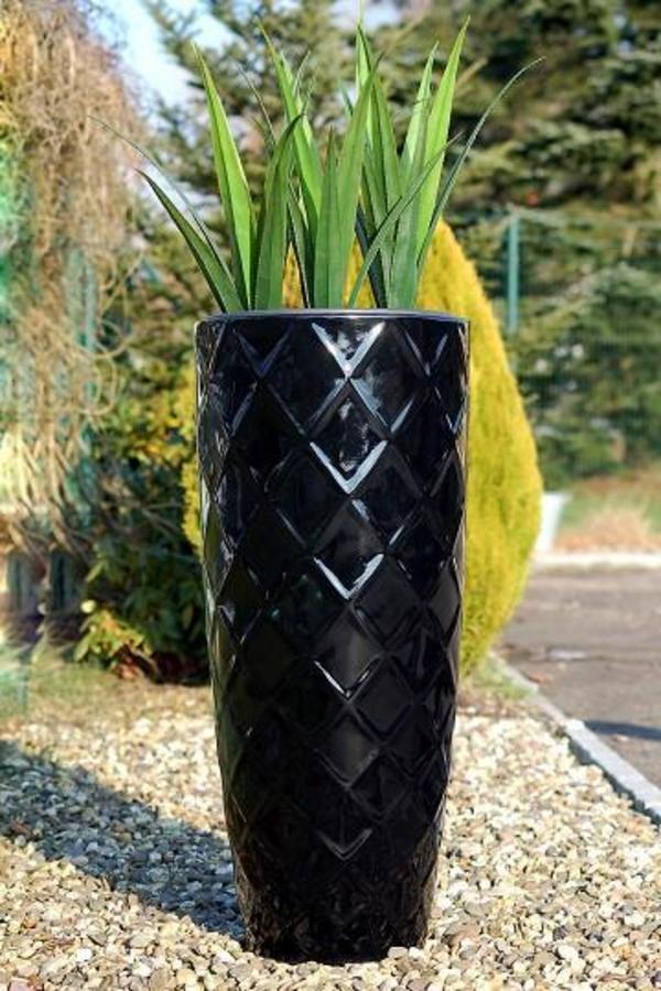 blumenkübel-in-schwarz-schönes-modell-mit-eleganter-form