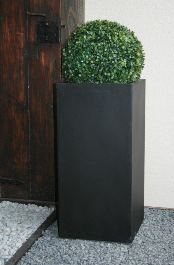 blumenkübel-in-schwarz-schönes-modell- neben einer tür aus massivholz