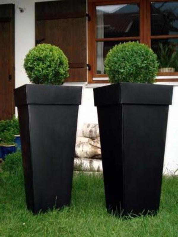 blumenkübel-in-schwarz-sehr-groß- grünes gras