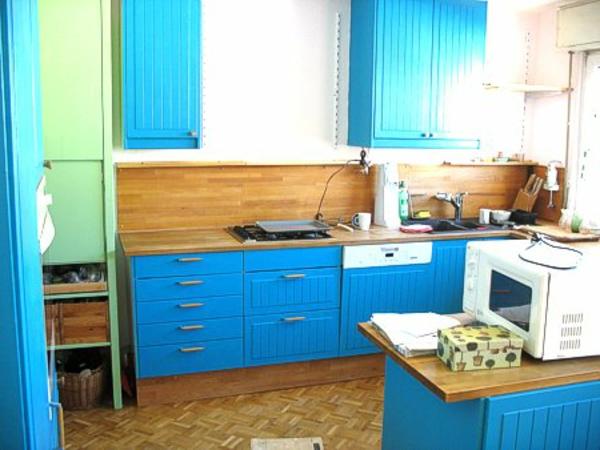 bunte-küche-mit-wandpaneele- blaue möbelstücke