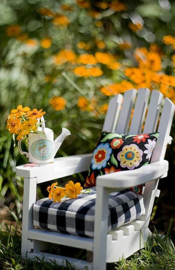 bunte-sitzkissen-weißer-stuhl-design
