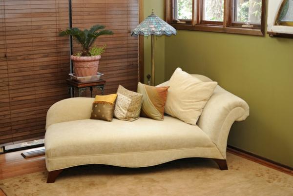 cremeweiß-Longchair-Sessel-im-Wohnzimmer-gemütliches-Zimmer
