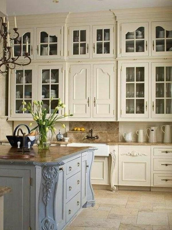 cremeweiße-Farbe-Vintage-Küchenmöbel-Küchengestaltung-praktisch