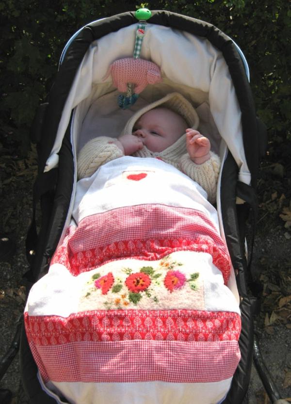 decke-für-kinderwagen-rosige-farben