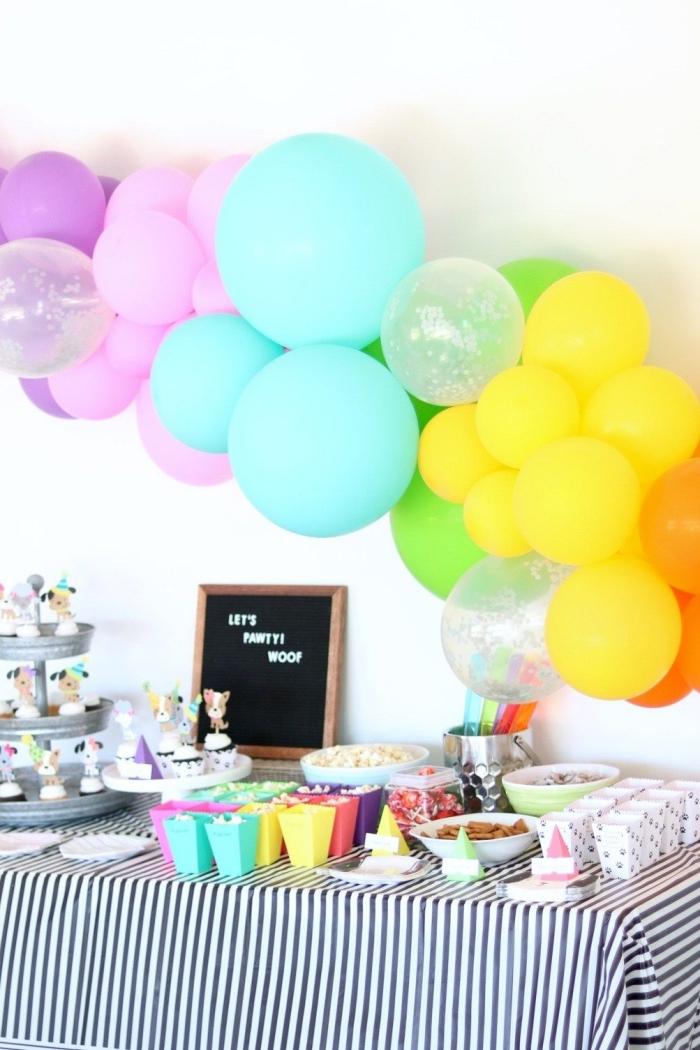 deko 1 geburtstag junge, diy girlande aus lufballons in den farben des regenbogens, partydeko absteln