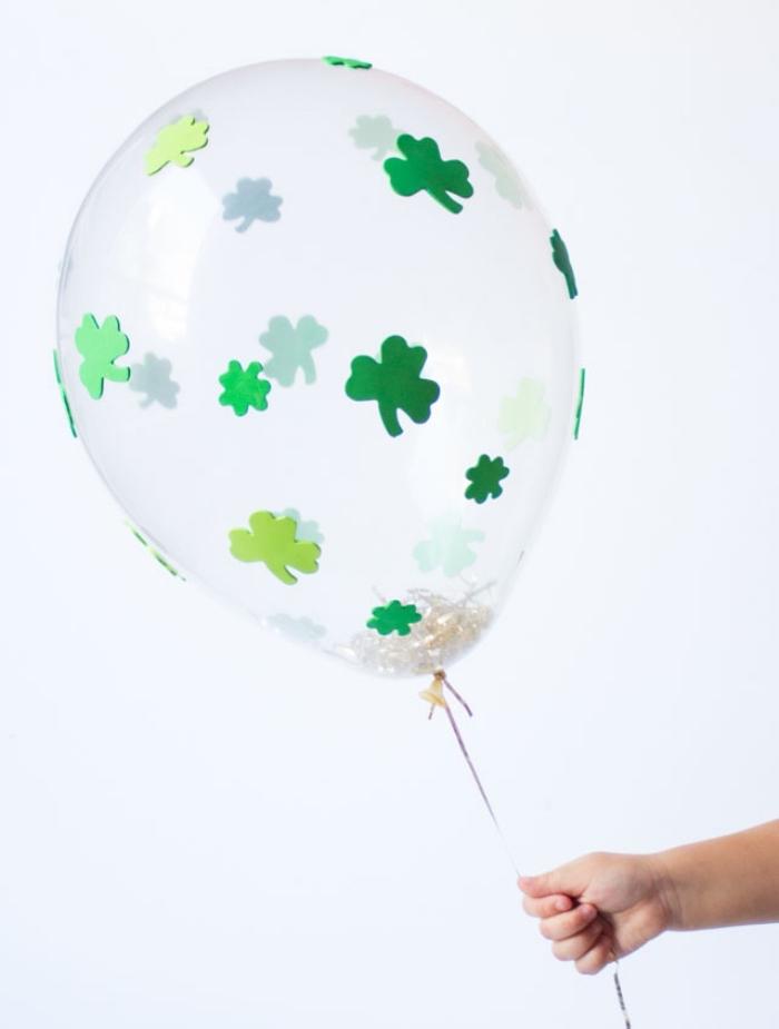 deko 1 geburtstag junge, luftballon dekroiert mit kleinen grünen stickern und konfetti