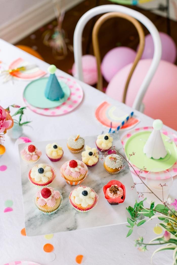 deko erster geburtstag, partydekoration ideen, cupcakes dekorieren, kleine partyhüte