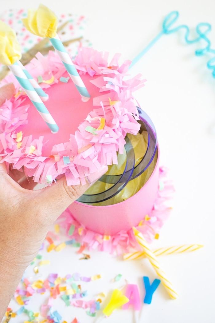 geschenkbox torte dekoriert mit rosa seidenpapier, deko für kindergeburtstag, diy bastelideen