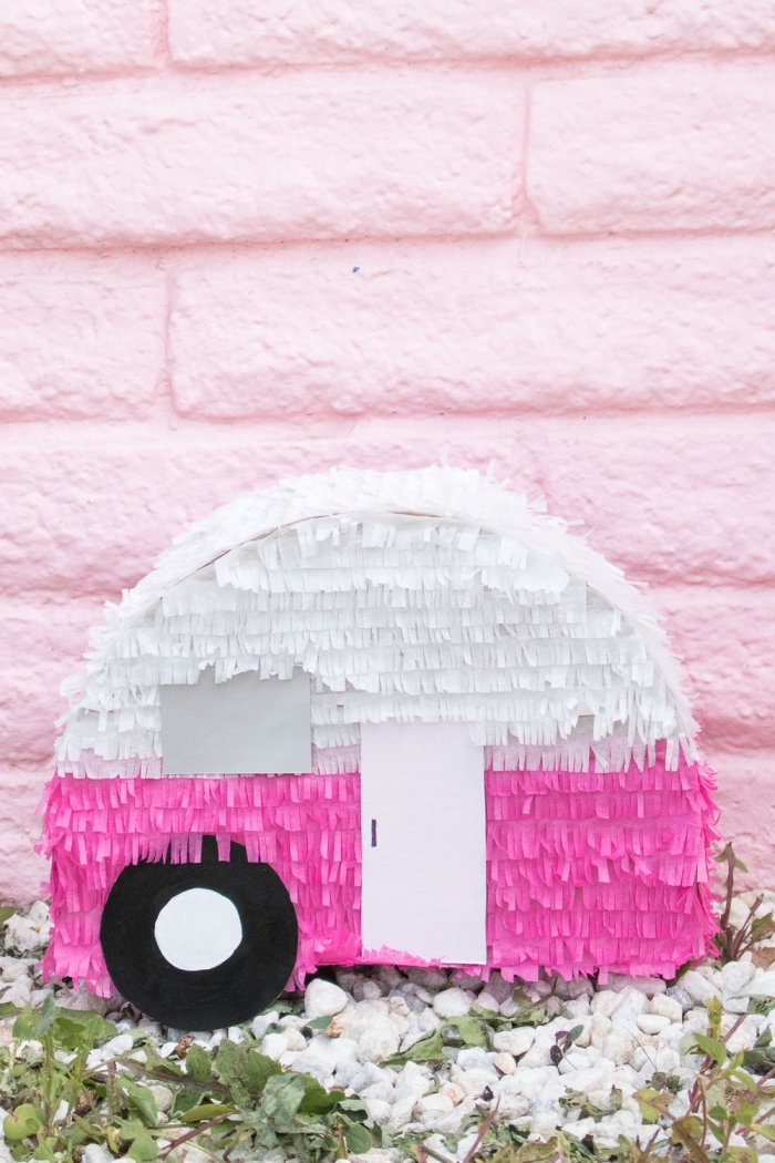 party dekoration selber machen, deko für kindergeburtstag, pinata auto in weiß und rosa