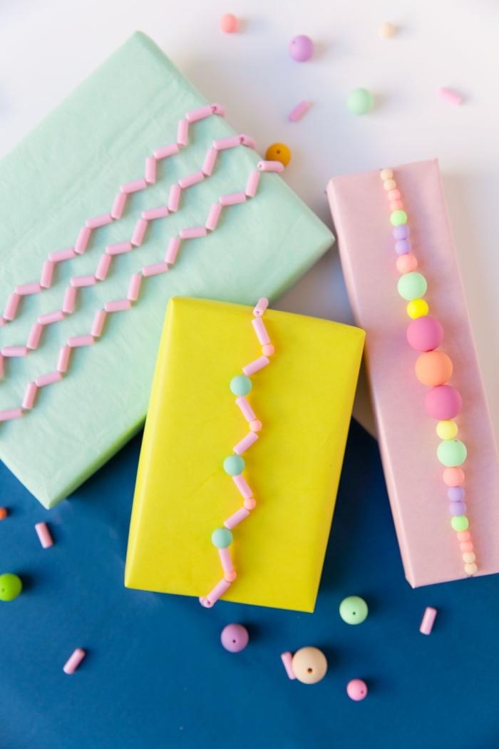 deko geburtstag, geschenkverpackugnen dekroiert mit perlen in pastellfarben, kindergeburtstag