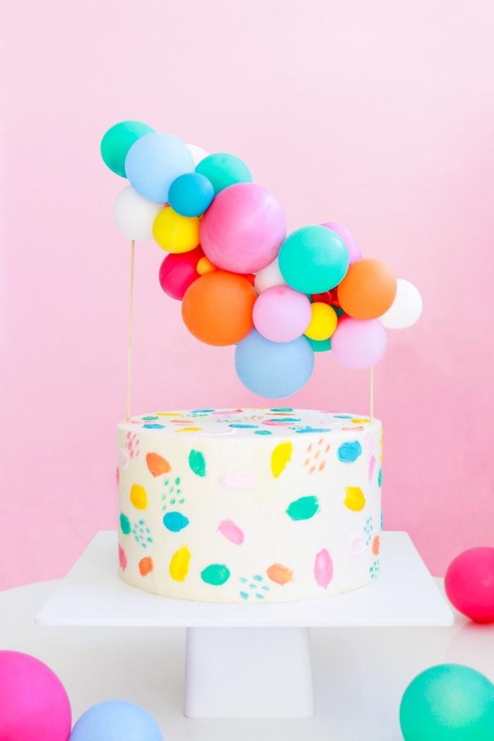 deko geburtstag, torte dekoreiren, tortendeko aus bunten luftballons, farbenfrohe partydeko