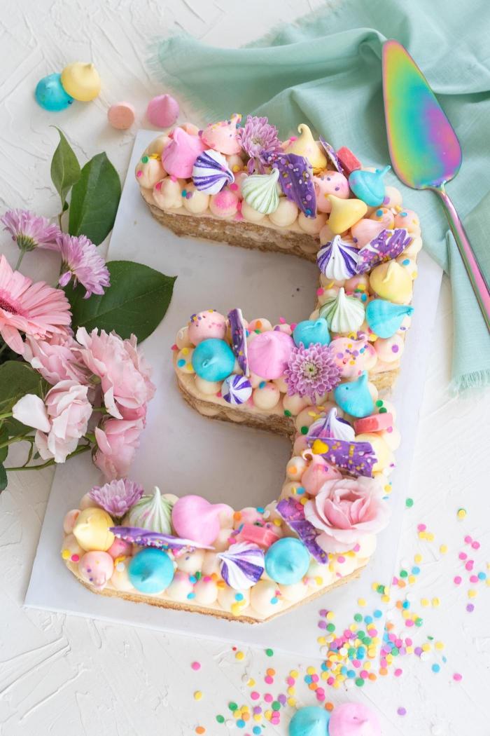 deko geburtstag, torte zum dritten geburtstag, kindergeburtstag organisieren, bunte meringuen