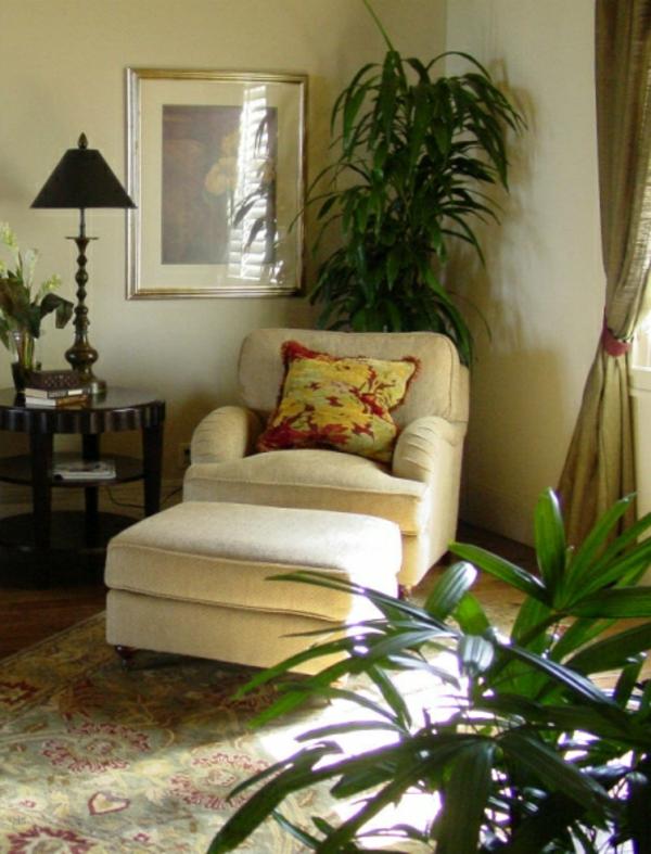 deko-palme-neben-einem-sessel