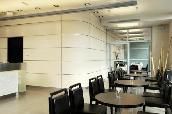 dekopaneele-im-restaurant - viele runde tische