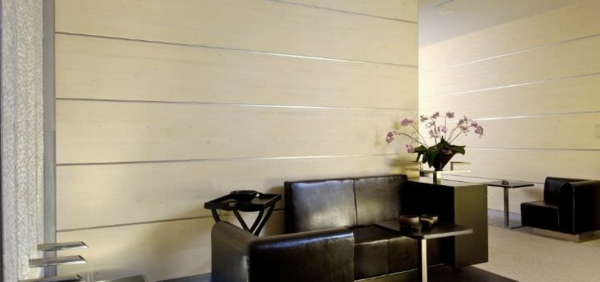 dekopaneele-in-weißer-farbe - braunes sofa