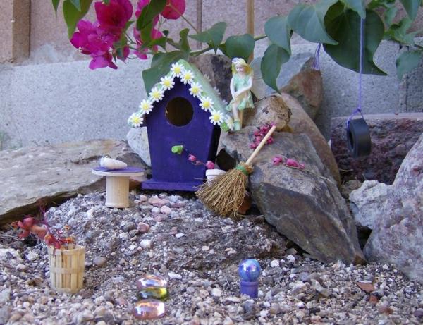 dekosteine-für-garten-kreative gestaltung mit einem vogelhaus