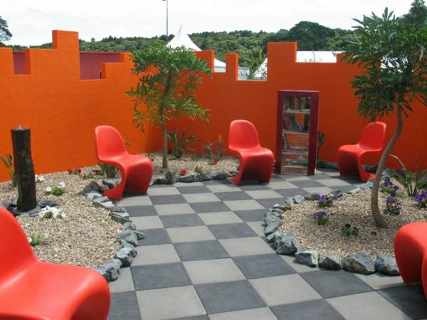 dekosteine-für-garten-kreative-gestaltung mit vielen roten stühlen