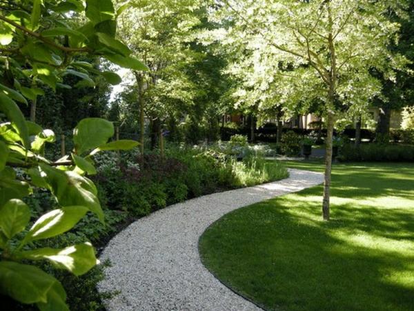 dekosteine-für-garten-wunderschöner-look - mit vielen grünen pflanzen