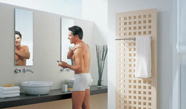 design-vom- badheizkörper-ein-mann-im-bad - zwei spiegel