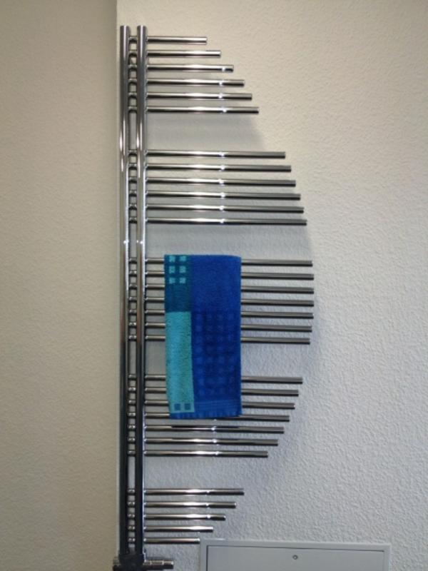 design-vom- badheizkörper-interessante-form - blaues tuch darauf