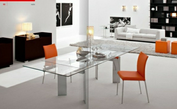 designer-glasstische-neben-orange-stühlen